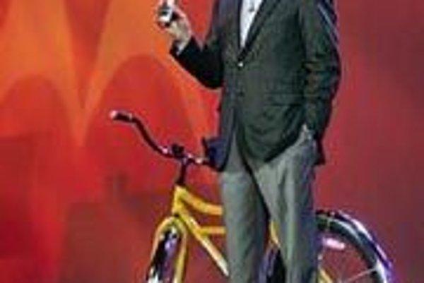 Na snímke šéf Motoroly Ed Zanders predvádza nové zariadenie.