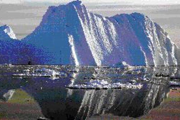 Grónska ľadová pokrývka sa roztápa rýchlejšie než klimatológovia predpokladali. Na snímke kryha, odtrhnutá z ľadovca na fjorde Jacobshavn (juhozápad Grónska).