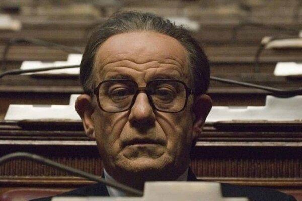 Toni Servillo ako Giulio Andreotti vo  filme Il Divo.