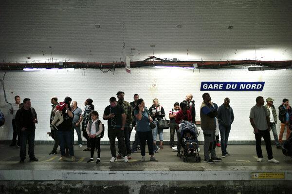 Cestujúci na parížskej vlakovej stanici Gare du Nord.