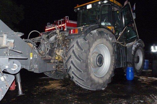 Traktor začal horieť na ceste vo Vyšehradnom.