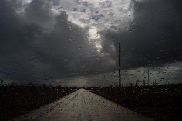 Hurikán sprevádza vietor s maximálnou rýchlosťou 120 kilometrov za hodinu.