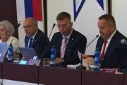 Zľava hlavná kontrolórka, viceprimátori Kavka a Pčola a primátor.