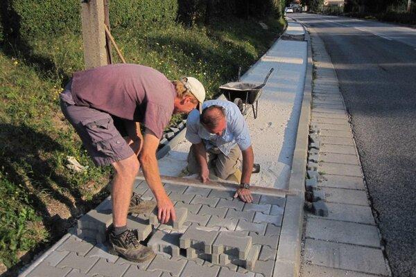 Zámkovú dlažbu ukladajú najmä zamestnanci z obce.
