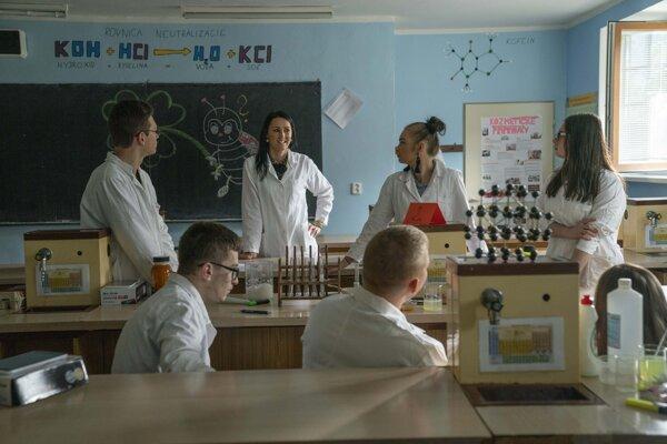 Lenka Škarbeková medzi študentmi.