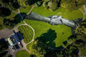 Monumentálny land artwork od francúzsko-švajčiarskeho umelca pod menom Saype v ženevskom parku Parc des Bastions.