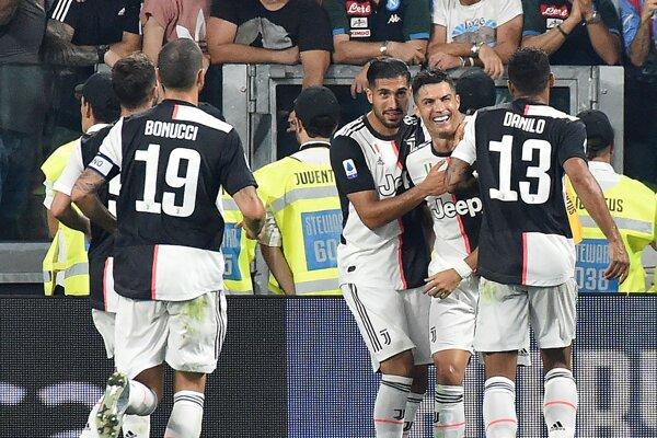 Cristiano Ronaldo a spoluhráči z Juventusu Turín na archívnej snímke zo zápasu talianskej Serie A.