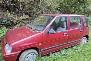 Okolo autovraku je už vyrastená tráva.