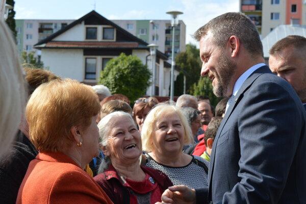 V Giraltovciach vítali premiéra desiatky ľudí.