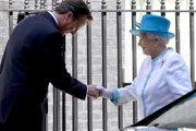 Bývalý britský premiér David Cameron a kráľovná Alžbeta II. na snímke z roku 2012.