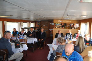 Starostovia siedmich obcí z okolia Domaše na tlačovej konferencii na výletnej lodi Bohemia.