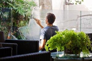 Problematické je však aj nadužívanie saponátu s množstvom bubliniek. Priveľa čistiaceho prostriedku môže na oknách zanechať film, ktorého sa budete len ťažko zbavovať pri leštení.