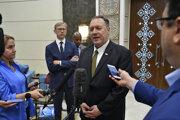 Americký minister zahraničných vecí Mike Pompeo hovorí s novinármi pred jeho odchodom z vojenskej leteckej základne al-Bateen v Abú Zabí