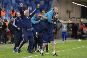 Lavička Slovana sa raduje po záverečnom góle.