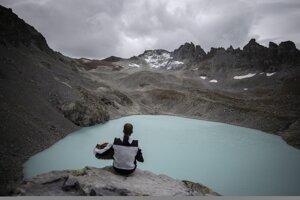 Horolezkyňa hrá na akordeóne pred Wildským jazerom a pozostatkom ľadovca Pizol (v pozadí).