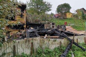 Torzo zhorenej chatky. Pod jej troskami uhorel Krompašan.