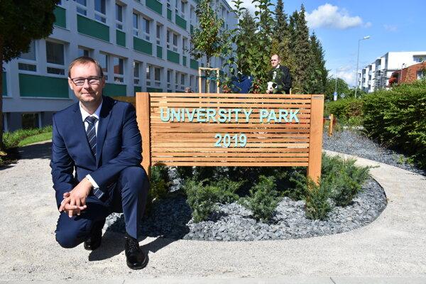 Rektor univerzity Jozef Habánik pred novým študentským parkom.