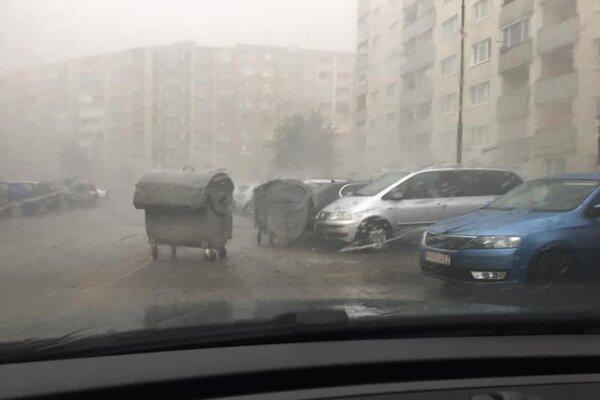 Silný vietor a dážď rozhýbali kontajnery na kežmarskom sídlisku.