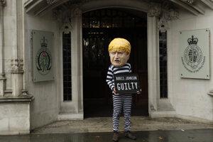 Vinný, píše sa na kostýme s podobizňou premiéra Johnsona.