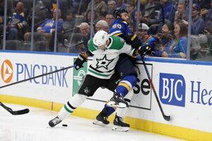 Andrej Sekera (v popredí) v súboji s Ryanom O'Reillym v prípravnom zápase pred novým ročníkom NHL medzi Dallasom Stars a St. Louis Blues.