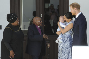 Princa Harryho a Meghan, držiac Archieho v náručí, privítal Desmond Tutu spolu so svojou manželkou Leah.