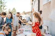Od druhej hodiny popoludní si obyvatelia aj návštevníci Nitry užijú deň plný literatúry, na ktorom ich okrem kníh čakajú prednesy, koncerty, tvorivé dielne aj stretnutie s oceňovaným spisovateľom.