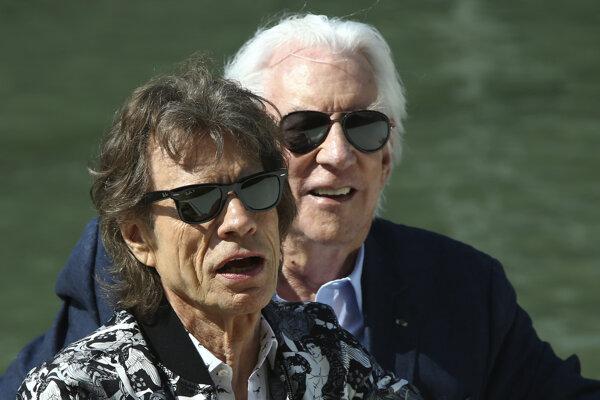 Mick Jagger a Donald Sutherland sa stretli vo filme The Burnt Orange Heresy.