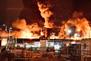 Požiar, ktorý vypukol v chemickej továrni vo štvrtok v ranných hodinách v meste Rouen na severe Francúzska 26. septembra 2019.