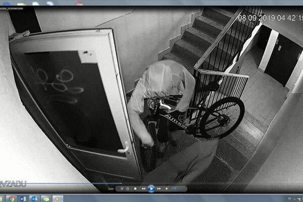 Krádež bicyklov v Trenčíne na zázname z kamery.