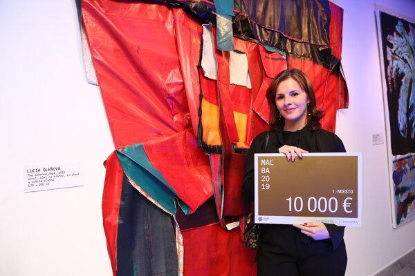 Lucia Oleňová pri svojom diele, za ktoré získala 1. cenu v súťaži Maľba 2019