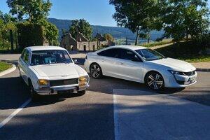 Peugeot 504 z roku 1974 a Peugeot 508 z roku 2019.