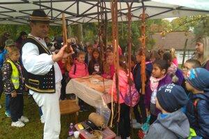 V humenskom skanzene žiaci spoznávali tradičné remeslá.