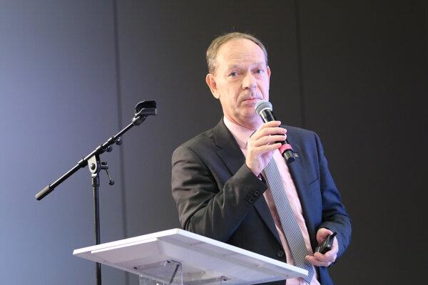 Jedným zo spíkrov konferencie bol aj Martin Bakoš, konateľ a generálny riaditeľ Amberg Engineering Slovakia. Hovoril o riešeniach opráv ciest a mostov.