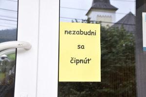 Neprehliadnuteľný odkaz na dverách školy.