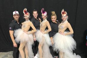 Víťazný tím (zľava) Sean Kasumovič, Ivana Heřmanová, Mirka Stroková a ich modelky.