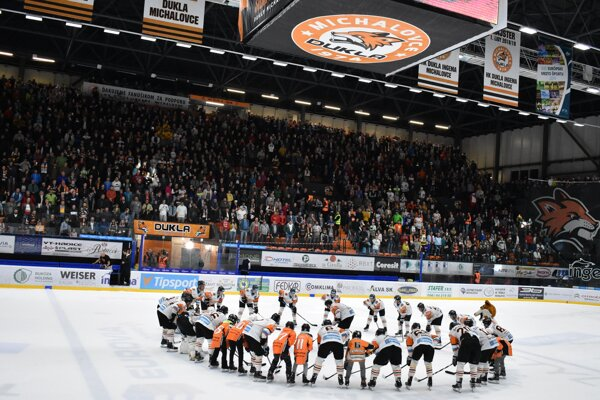 Michalovskí hokejisti oslavujú spoločne s fanúšikmi víťazstvo nad bratislavským Slovanom.