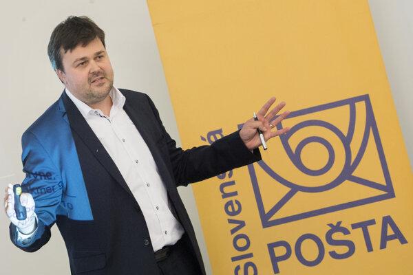 Peter Helexa najprv ako manažér Swanu riešil spoluprácu so Slovenskou poštou v súvislosti s operátorom Štvorka, neskôr sa stal riaditeľom štátnej pošty.