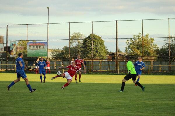 Horňany (v modrom) inkasovali päť gólov.