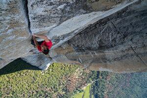 Alex Honnold bez istenia počas lezenia na skalu El Capitan v Yosemitskom národnom parku.