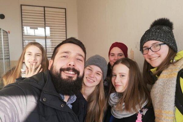 Učiteľ Michal Dindeš so svojimi žiakmi.