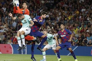 Brankár Samir Handanovic (vľavo hore) likviduje šancu v zápase Ligy majstrov 2019/2020 FC Barcelona - Inter Miláno.