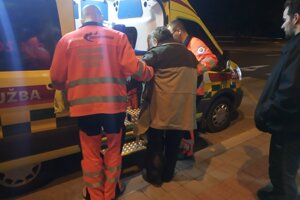 Dôchodca utrpel zranenia, pomohol mu okoloidúci.