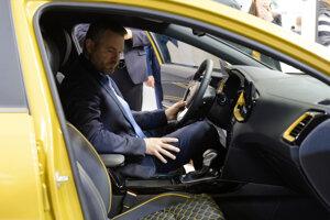 Premiér Peter Pellegrini na autosalóne.