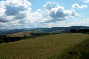 Spod Medvedice na juh - na horizonte dominantný najmä čergovský Minčol.