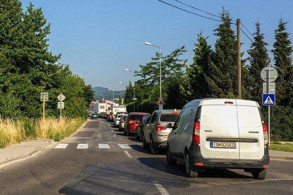 Na zhoršenie dopravnej situácie sa sťažujú aj ľudia, ktorí v Zlatovciach bývajú.