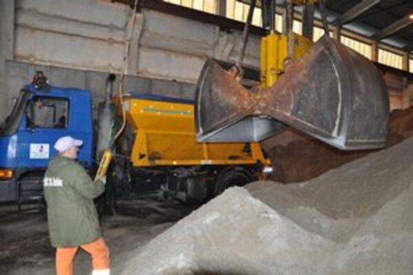 Dodávku prírodného drveného kameniva na zimný posyp pre sedem oblastí Správy a údržby ciest Prešovského samosprávneho kraja má do roku 2021 zabezpečovať trojica firiem.
