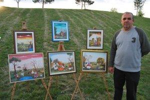 Juraj Lavroš svoje obrazy vystavil vonku.
