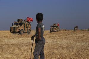 Turecký vojenský konvoj smeruje na územie severnej Sýrie, ktoré je obývané Kurdami.