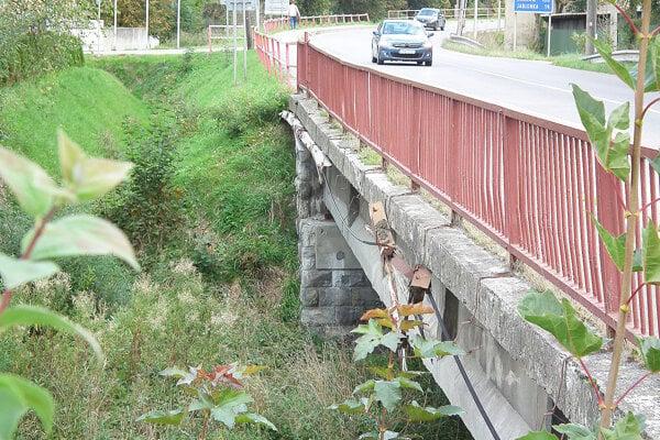 Most cez Oravicu v Trstenej je v havarijnom stave.
