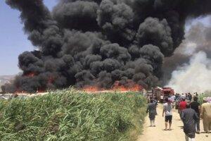 Dym stúpa z utečeneckého tábora Qab Elias.
